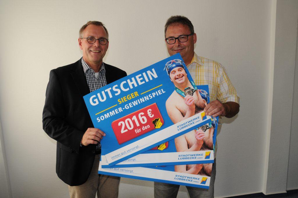 Carsten Droste (1. Vorsitzende) freut sich über die Gewinne